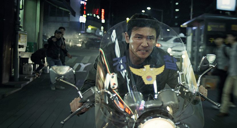 a man rides a motorcycle from the film Beterang (Veteran).