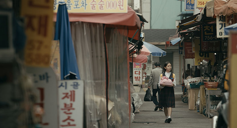 a young women walks down the street from the film 벌새 (House of Hummingbird)